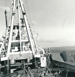Aan stuurboord van de 'Utrecht' de LCU 1541 in de baai van El Ferrol.