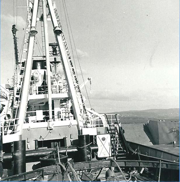 Aan stuurboord de LCU 1541 in de baai van El Ferrol (Sp.).